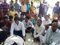 सड़क हादसे में मृतकों के परिजनों से मिले राजबब्बर