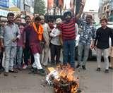 केरल में बछड़ा काटे जाने का किया विरोध, फूंका केरल सरकार का पुतला
