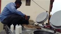 बरहन में एसडीएम ने पकड़े दूध के दो टैंकर