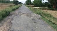 ये सड़कें कब बनेंगी: बदहाल पड़ी सड़कें बयां कर रहीं विकास की कहानी