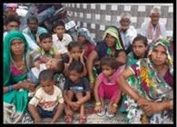 जमीन कब्जाने पर बच्चों संग धरने पर बैठा पीड़ित परिवार