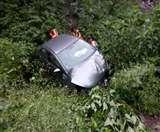 बदरीनाथ हाईवे पर खाई में गिरी कार, तीन घायल