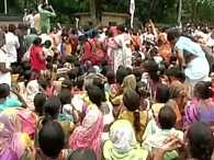 Maharashtra: Lathicharge on widows of farmers ouside cm house
