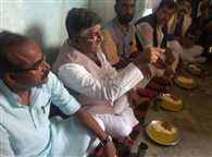 JDU critisises central ministers for taking food in flood relief camps