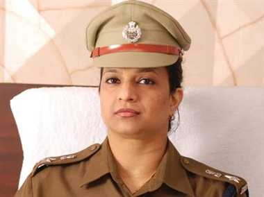 ips bharti arora attack on gurgaon police comissioner navdeep ,  stuck on the beauty of the girl