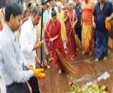 मुख्य सचिव राजबाला वर्मा ने बाबा वैद्यनाथ मंदिर में सफाई की