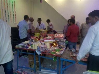 पटाखे मुख्य बाजार में डेकोरेशन की दुकान में बुक डिपो द्वारा बेचे जा रहे ...