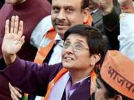 Kiran Bedi distribute Pearl necklace to voters!