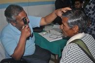 नेत्र शिविर में तीस रोगियों परीक्षण
