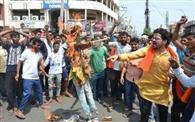 गोरक्षा दल व बजरंग दल ने युवा कांग्रेस का पुतला फूंका