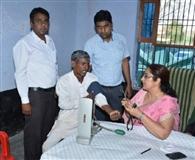 चिकित्सा शिविर: मरीजों के स्वास्थ्य की जांच की, दवाएं वितरित