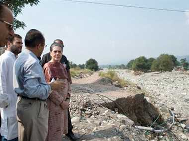 Sonia and Rahul rushed to meet Flood victims