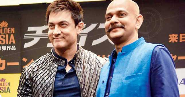 Aamir Khan flies economy class to save time
