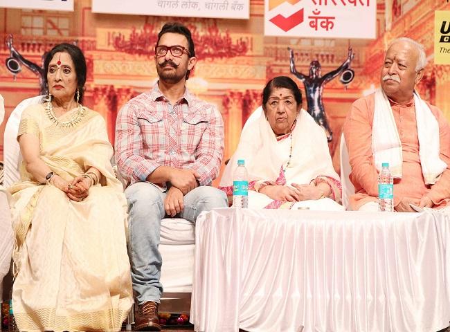 photos: rss प्रमुख मोहन भागवत के हाथों आमिर ख़ान ने लिया दीनानाथ मंगेशकर अवॉर्ड