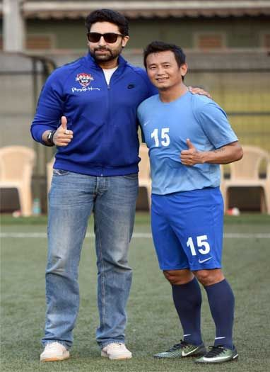 अभिषेक और बाइचुंग भूटिया ने चैरिटी मैच में हिस्सा लिया