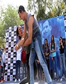 delhi university गर्ल्स पर चला अक्षय कुमार का जादू, लेकिन, एक ने उठा कर पटका