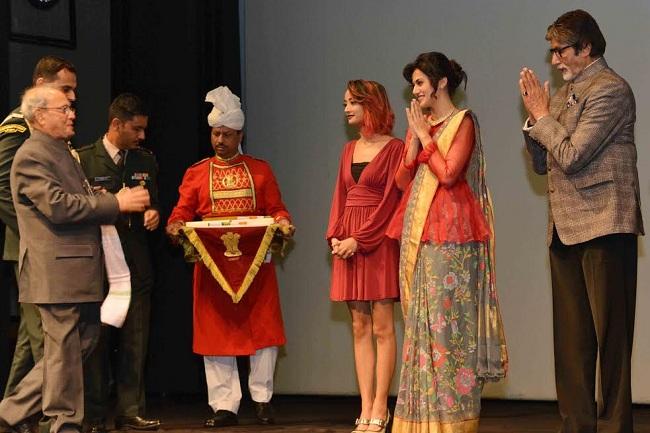 राष्ट्रपति प्रणव मुखर्जी ने किया पिंक के लिए अमिताभ बच्चन समेत पूरी टीम का सम्मान, देखें तस्वीरें
