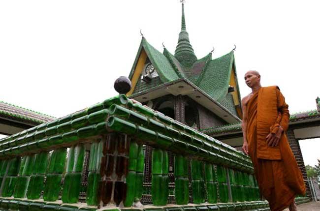 बीयर की खाली बोतलों से बना है यह मंदिर, दिलचस्प हैं तस्वीरें