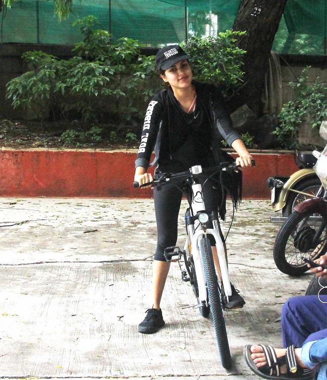 सलमान खान की साइकिल पर आया रिया चक्रबर्ती का दिल, देखें तस्वीरें