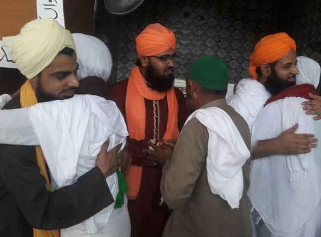 देखे तस्वीरें: ईद पर मना जश्न, गले मिलकर दी एक-दूसरे को मुबारकबाद