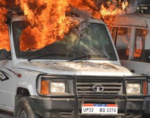 तस्वीरों में देखें-किस तरह राजधानी में वकीलों ने लगाई आग