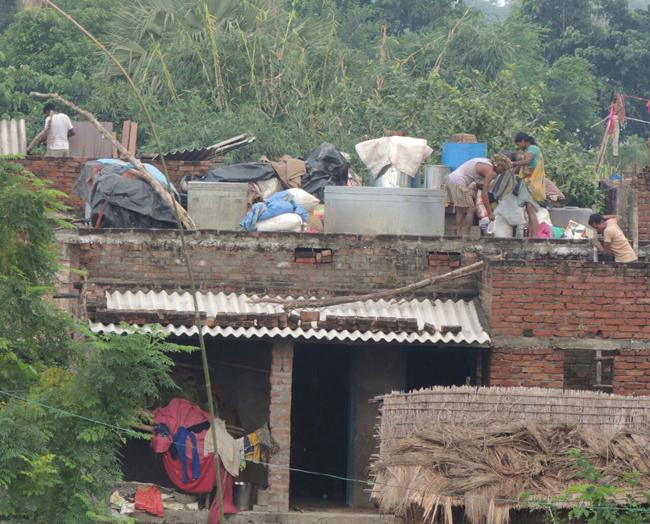 उत्तर बिहार में नदियां उफनाईं, बाढ़ की स्थिति हुई भयावह, देखें तस्वीरें...