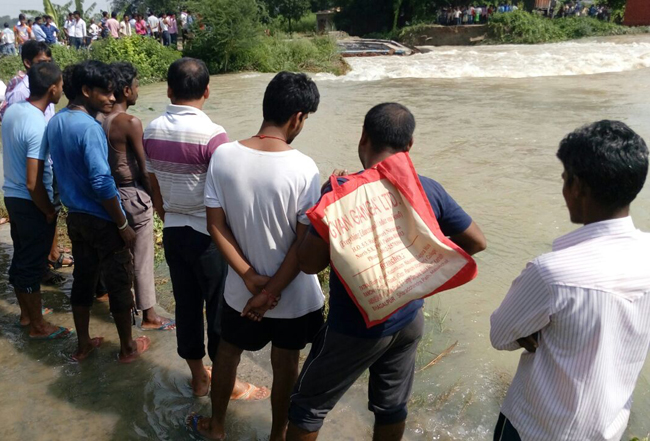 बाढ़ से एक ओर तबाही का मंजर, दूसरी ओर कुछ यूं गुजर रही है जिंदगी, देखें तस्वीरें...