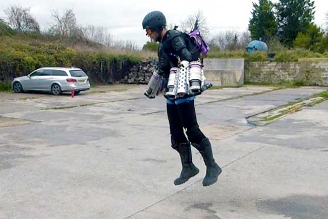 'आयरन मैन' का अनोखा सूट पहन हवा में उड़ गया शख्स, देखें तस्वीरें