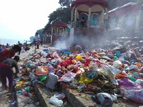 घर में नवरात्र को लेकर साफ - सफाई, गंगा को किया मैली, देखें तस्वीरें...