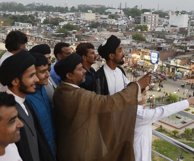 तस्वीरों में देखें-रमजान के चांद का दीदार करता लखनऊ