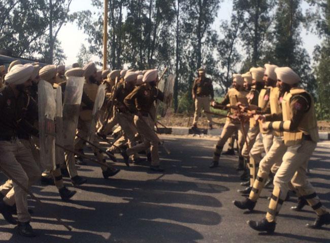 देखें तस्वीरें: इनेलो की धमकी मद्देनजर पंजाब सीमा पर किलेबंदी