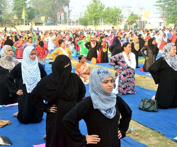 रामपुर में मुस्लिम महिलाओं का योगाभ्यास