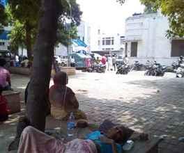 पेड़ के नीचे सरकार का अस्पताल