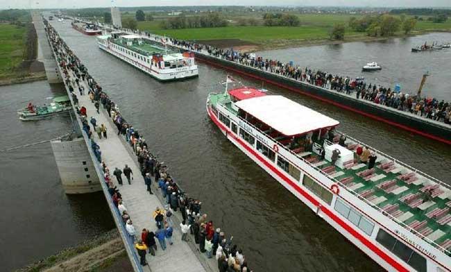 अद्भुत नजारा : नदी नहीं यहां ब्रिज पर चलता है पानी का जहाज