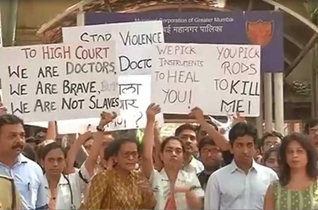 महाराष्ट्र में रेजिडेंट डॉक्टरों की हड़ताल, देखें तस्वीरें