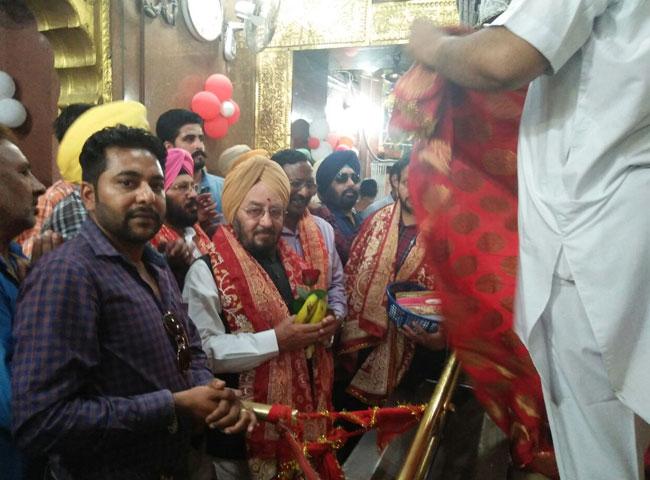 देखें तस्वीरें: नवरात्र पर मंदिरों में उमड़े भक्त
