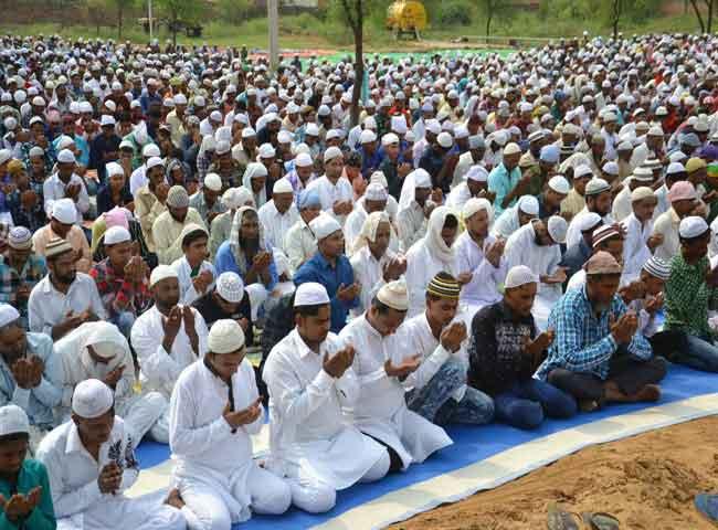 देखें तस्वीरें: हरियाणा में ईद की रौनक, हर तरफ बिखरीं खुशियां