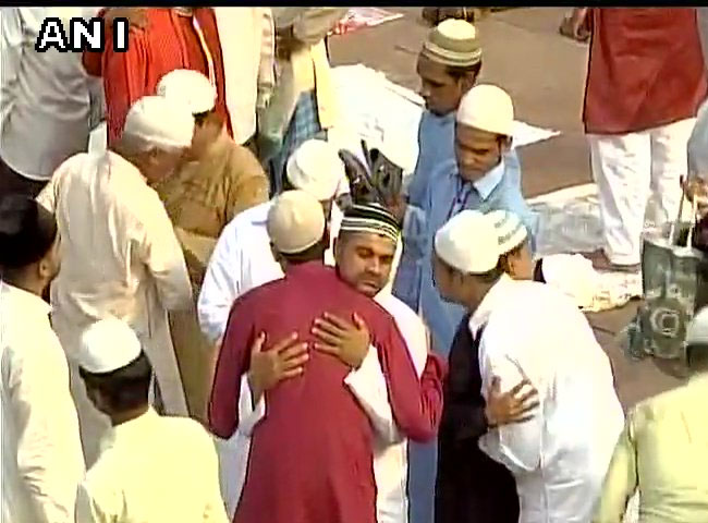 धूमधाम से मनाई जा रही ईद, देखें दिल्ली-ncr की तस्वीरें