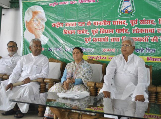 राबड़ी देवी के आवास पर हुई राजद की बैठक, देखें तस्वीरें...