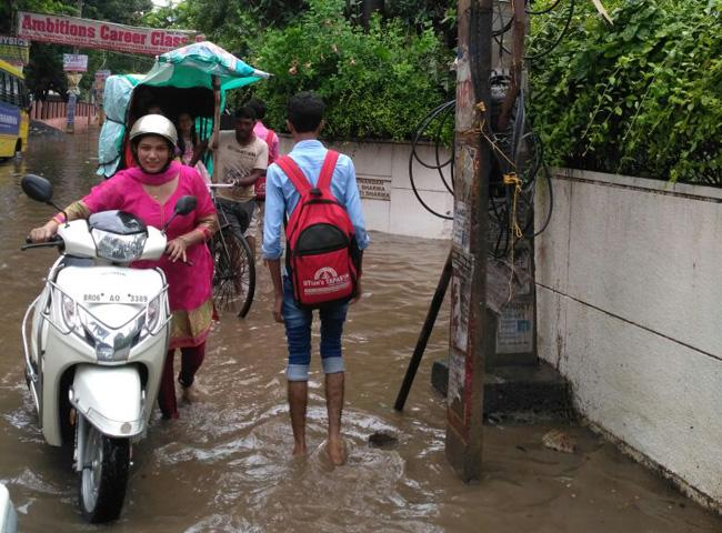 तेज बारिश के बाद पटना के कई हिस्सों में जल जमाव, देखें तस्वीरें...