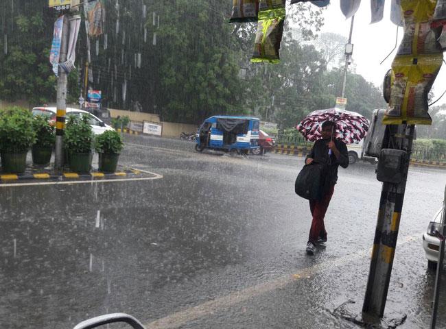 pics:देहरादून में जमकर बरसे मेघ, तापमान में गिरावट