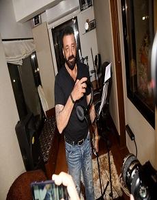 तस्वीरें: देखिये संजय दत्त का गायक अवतार, कमबैक के लिए हैं पूरी तरह से तैयार