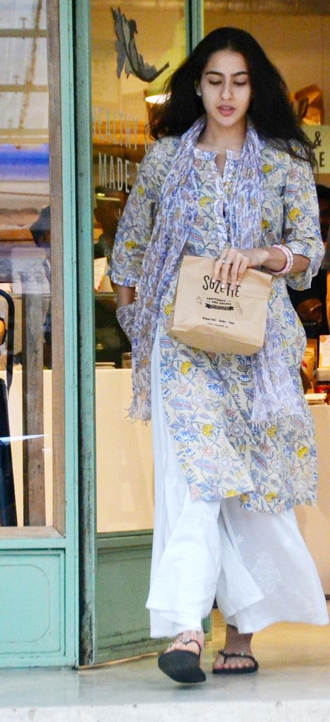सैफ़ की बेटी सारा अली खान की smile और look है सबसे जुदा, देखिए तस्वीरें