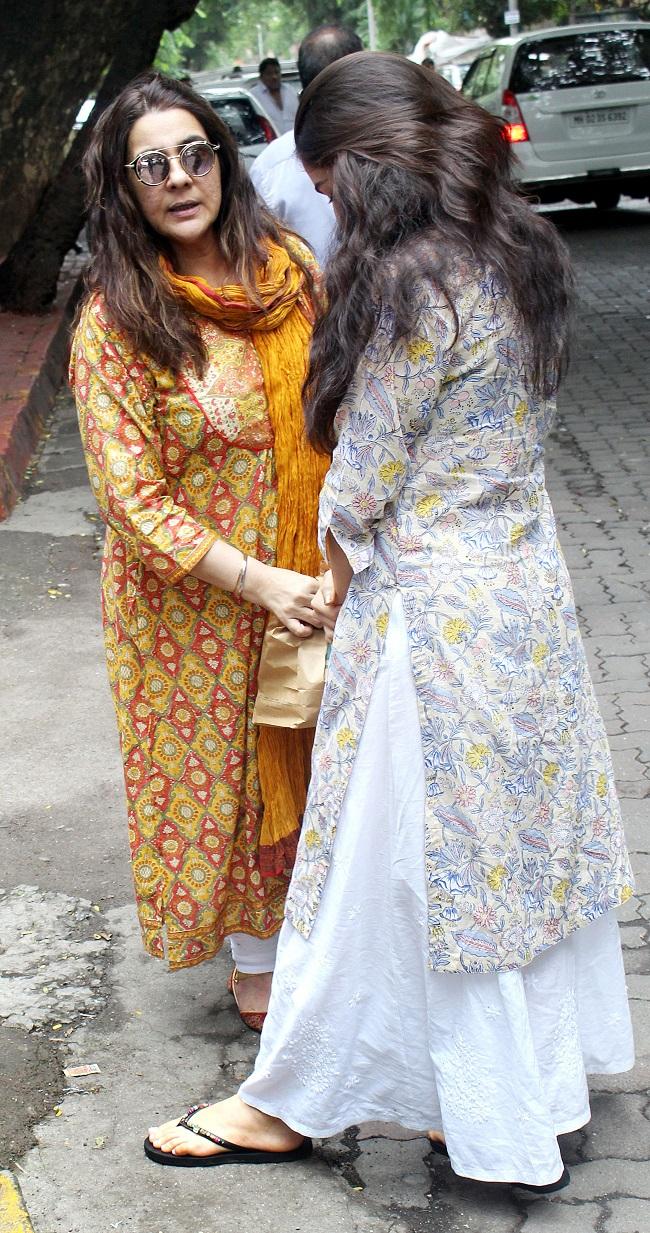 तस्वीरें: फिर कैमरे से छुपती नज़र आईं सारा, मॉम अमृता सिंह भी थीं साथ