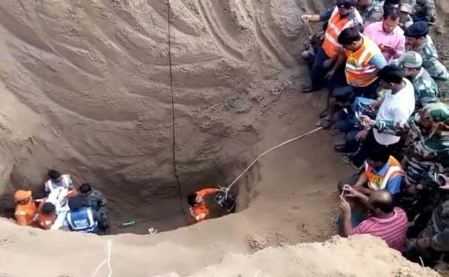pics : 100 फीट गहरे बोरवेल में निकला 5 वर्षीय सत्यम, जिंदगी की जंग हारा