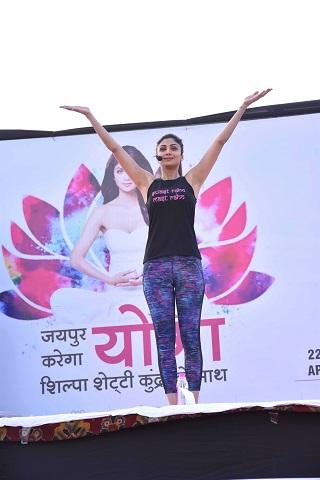 photos शिल्पा शेट्टी सिखा रही हैं yoga, आप भी सीख लीजिए fit रहने का यह तरीका
