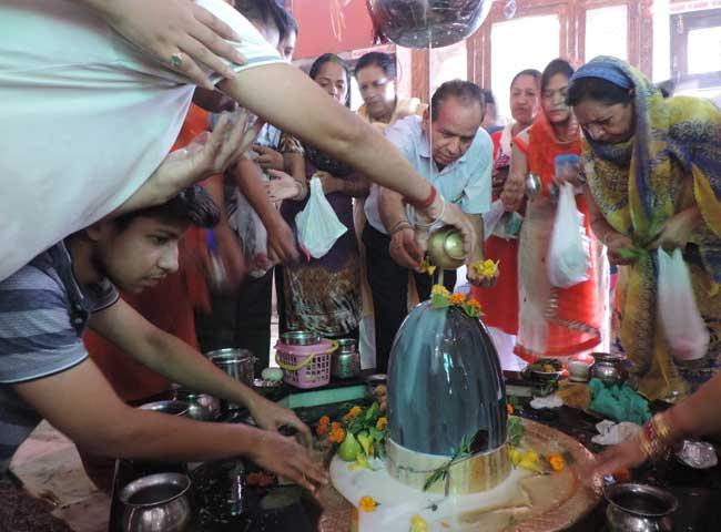 देखें तस्वीरें: हरियाणा में शिवरात्रि पर मंदिरों में जलाभिषेक के लिए उमड़े श्रद्धालु