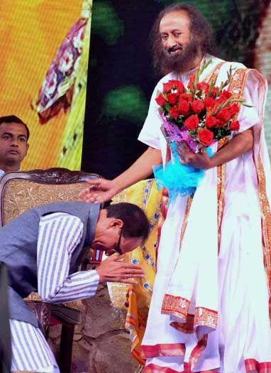 श्रीश्री रविशंकर से आशीर्वाद लेते मुख्यमंत्री शिवराज सिंह चौहान