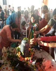 तस्वीरें : देशभर में महाशिवरात्रि के मौके पर मंदिरों में उमड़ी श्रद्धालुओं की भीड़