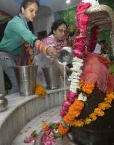 देखें तस्वीरें: सावन सोमवार पर भक्तों ने किया भगवान शिव का अभिषेक